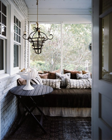 Lisa+Sherry+daybed+covered+patterned+pillows+PtYX_aDrg8Nl