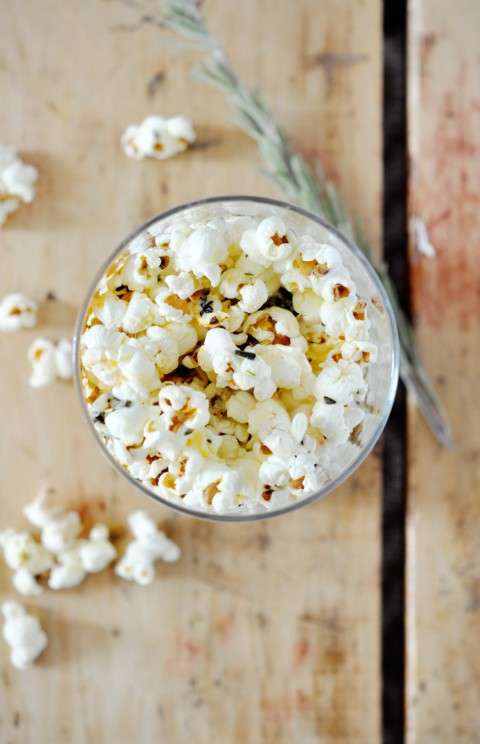 Rosemary parmesan popcorn - easy and delicious!