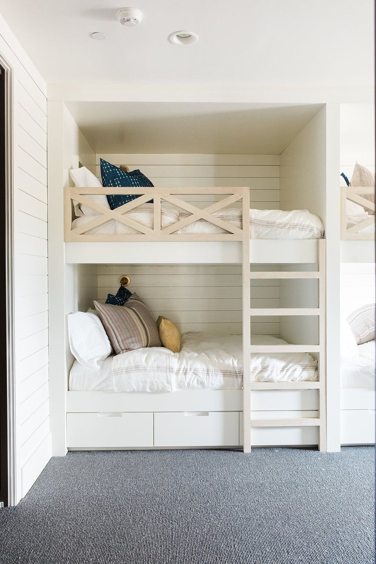 16Kids+bedroom+with+built-in+bunk+beds+with+shiplap+walls