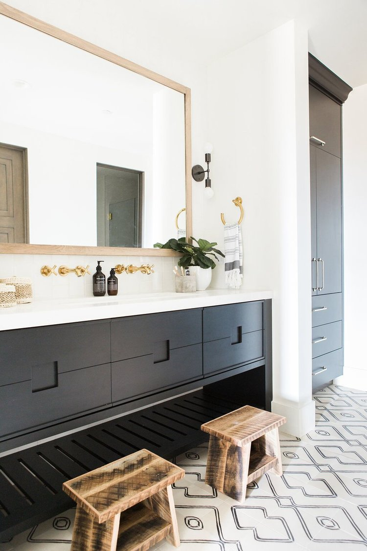 25Bathroom+with+patterned+tile,+white+countertops+and+gold+hardware