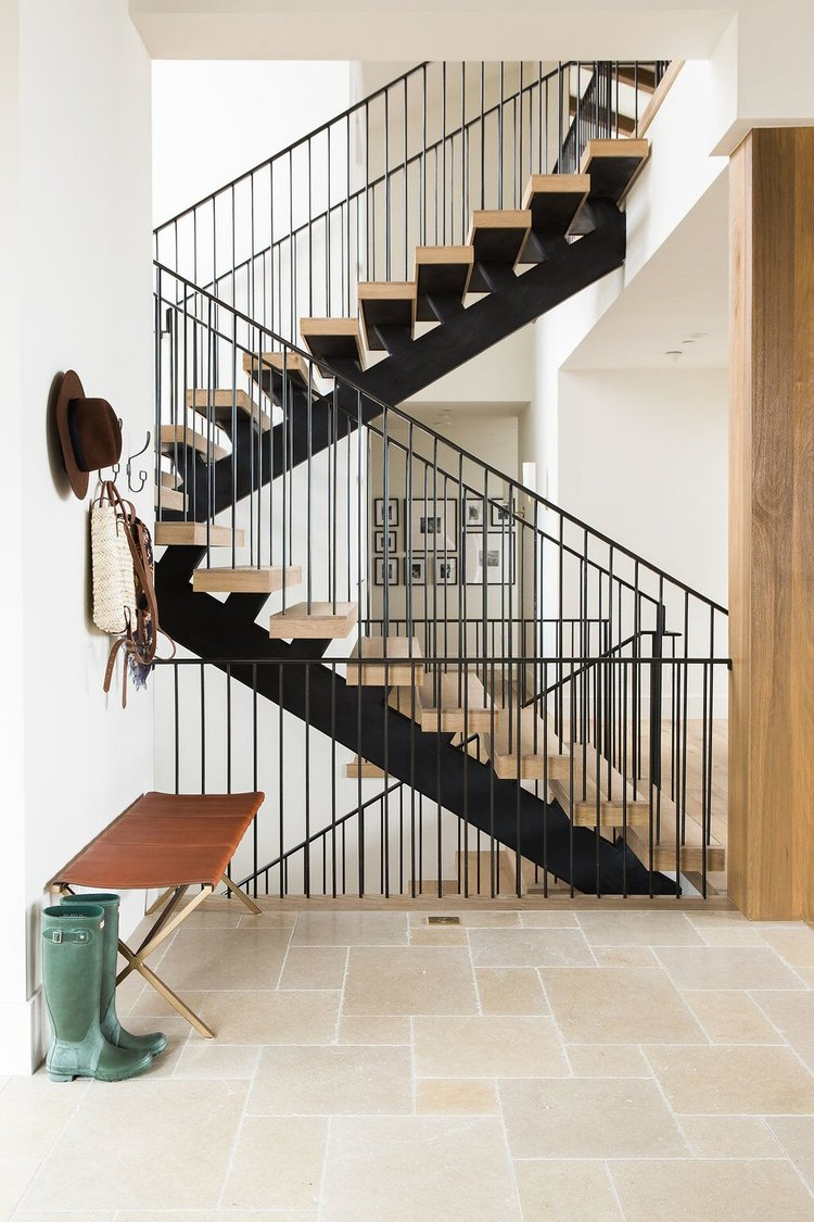 Modern+staircase+with+dark+metal+and+natural+wood+steps